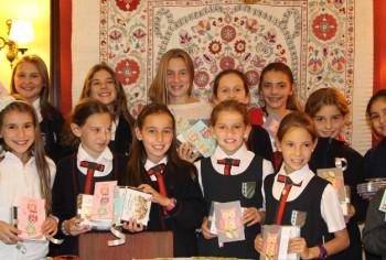 Los niños que cantaron en el Betsaida 10 reciben sus discos. (15/4/15)